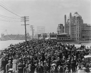 Atlantic_City_Boardwalk_crowd_in_front_of_Blenheim_hotel_1911